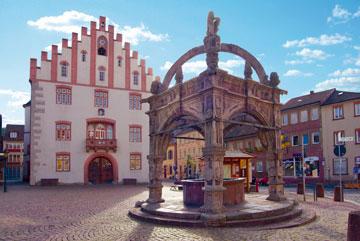 Hammelburg Rathaus und Brunnen